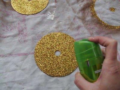 Ρίχνουμε Λακ για να σταθεροποιηθεί η χρυσόσκονη αφού πρώτα στεγνώσει καλά http://xeirotechnies.blogspot.gr/2013/10/cd.html