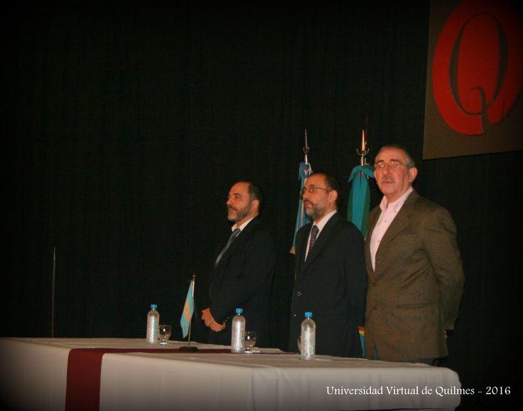Autoridades de la UNQ (de izquierda a derecha): Dr. Germán Dabat (Secretario de Educación Virtual), Dr. Alejando Villar (Vicerector), Prof. Jorge Flores (Director del Departamento de Ciencias Sociales).