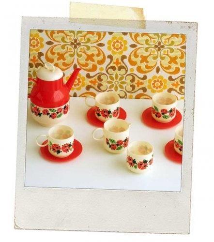 Kopje thee? Met suiker en een wolkje melk? Met dit vintage thee servies van plastic wordt thee drinken wel heel erg gezellig.     Nodig al je poppe...
