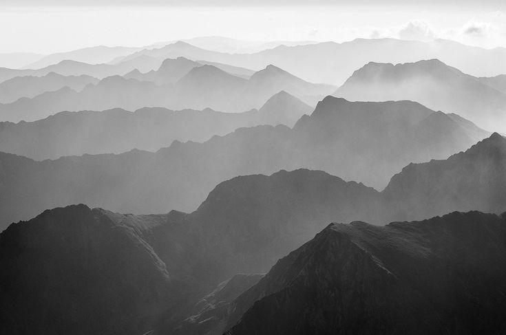 Crestele munţilor Făgăraş după răsărit. În partea dreaptă, sus, se vede Vârful Moldoveanu. (  Dragoş Asaftei  ) -