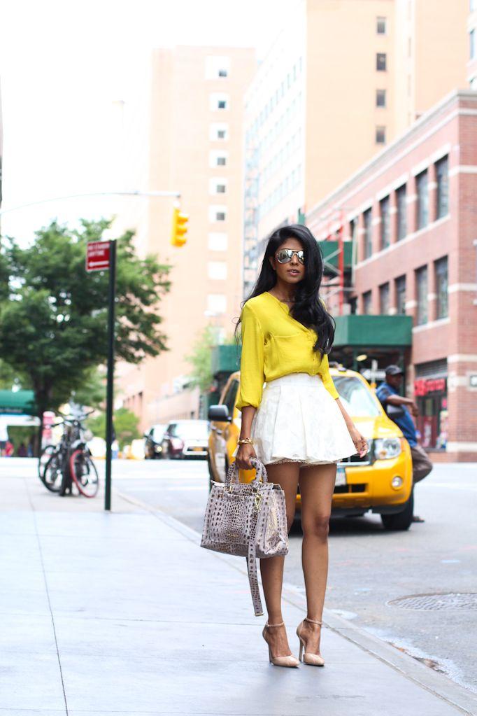 saia branca bem rodada com camisa amarela