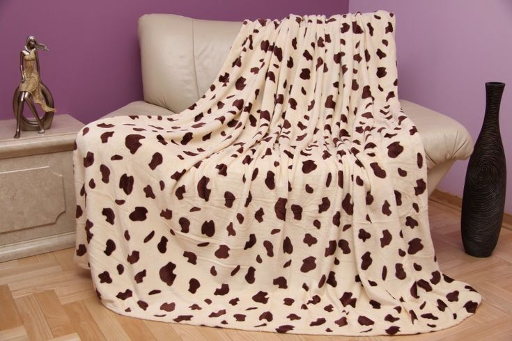 Krémová deka s hnedými škvrnami