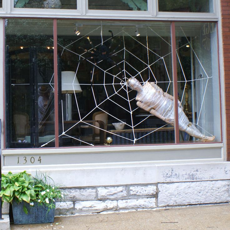 halloween window display from Regeantiques 2009 -   We sell new and used mannequins at MannequinMadness.com