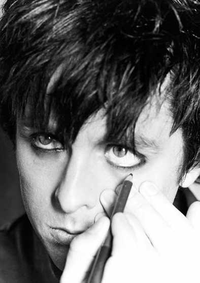 Takes a confident man to rock the guyliner!