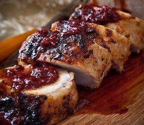 De varkenshaas met cranberrysaus is heerlijk voor een luxe diner. Het recept is makkelijk, maar vergt wat tijd. Maak zelf de marinade en cranberrysaus!