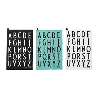 Oppdater kjøkkenet ditt med noen nye håndklær! Design Letters sett med kjøkkenhåndklær består av tre håndklær i forskjellige farger med Arne Jacobsens stilrene typografi fra 1937. Arne Jacobsen er en mester når det gjelder typografi og dette typesnitt er like vakkert nå som da. Kjøkkenhåndklærne er laget i bomull og er perfekte til oppvasken og andre kjøkkensysler!