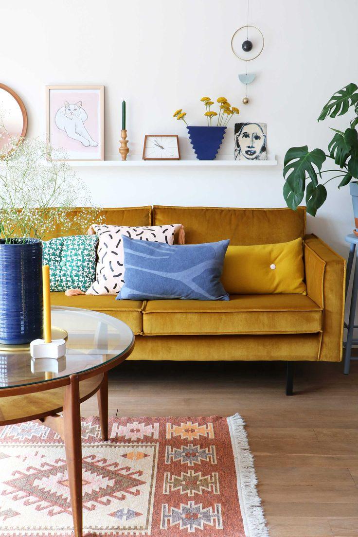 MY ATTIC voor vtwonen / woonkamer / livingroom / velvet couch / fluweel / okergeel Fotografie: Marij Hessel