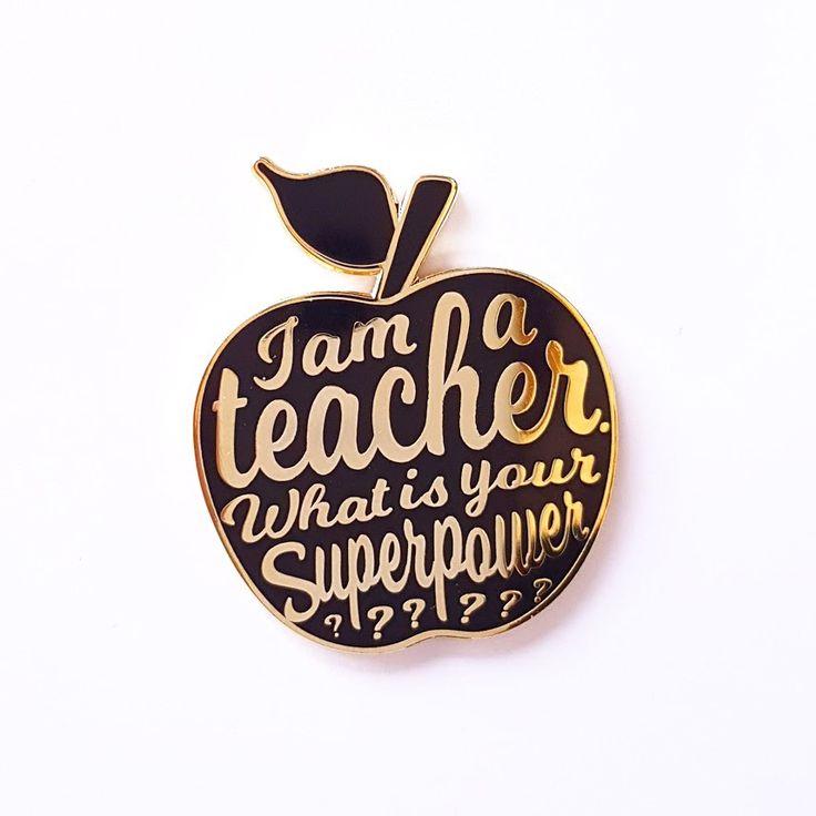 I AM A TEACHER WHAT IS YOU SUPERPOWERpin is 35mm groot en is eengeweldig leuk kado voor elke juf of meester ! Dus leuk om als afscheidskado te geven of om zelf te houden en je verzameling aan te vullen. Ook leuk om te combineren met de bijhorende katoenen tas van al dat nakijkwerk! De …