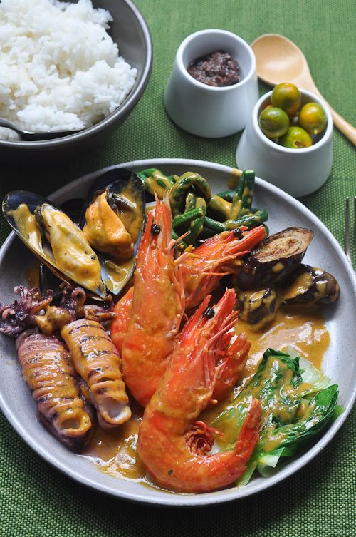 This looks really good! A plate of fresh grilled seafood is what I need right now. Look at those prawns!