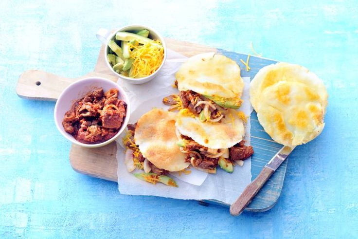 Arepas zijn in de koekenpan gebakken maïsbroodjes, die je zowel hartig als met een zoete vulling kunt eten. Wij vullen ze met een kruidig-pittige vleesvulling - Recept - Allerhande