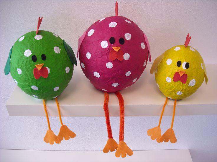 Maak deze leuke, door papier-maché gemaakte, kippen voor Pasen. Kijk op de Surfsleutel voor de beschrijving! http://www.surfsleutel.nl/eigen_content/20140411130941_papier%20mache%20kippen.pdf#zoom=100%