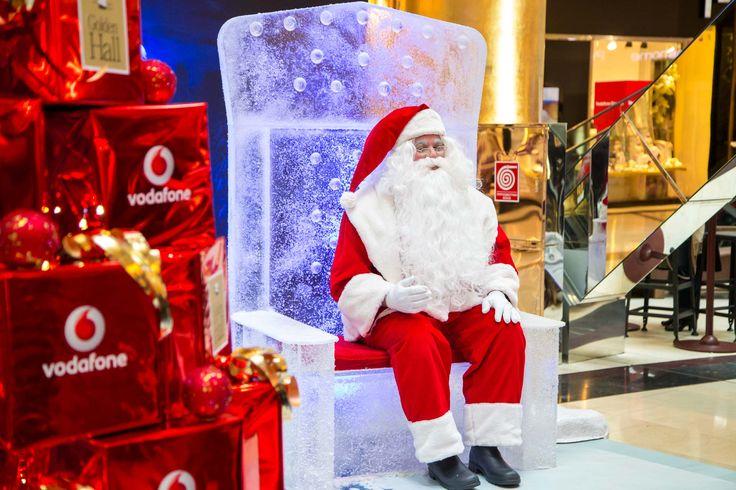 O Θρόνος του Αϊ-Βασίλη Στον εσωτερικό χώρο του Golden Hall η μαγεία των Χριστουγέννων ξεκινάει στο Θρόνο του Αϊ-Βασίλη, όπου ο αγαπημένος μας Άγιος υποδέχεται μικρούς και μεγάλους για την πιο αξέχαστη φωτογράφιση του Χρόνου!