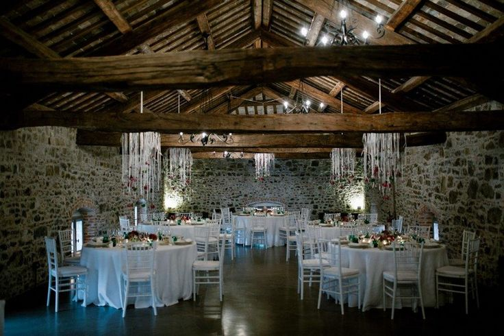 Festsaal in einem alten italienischen Castello mit hängender Blumendeko