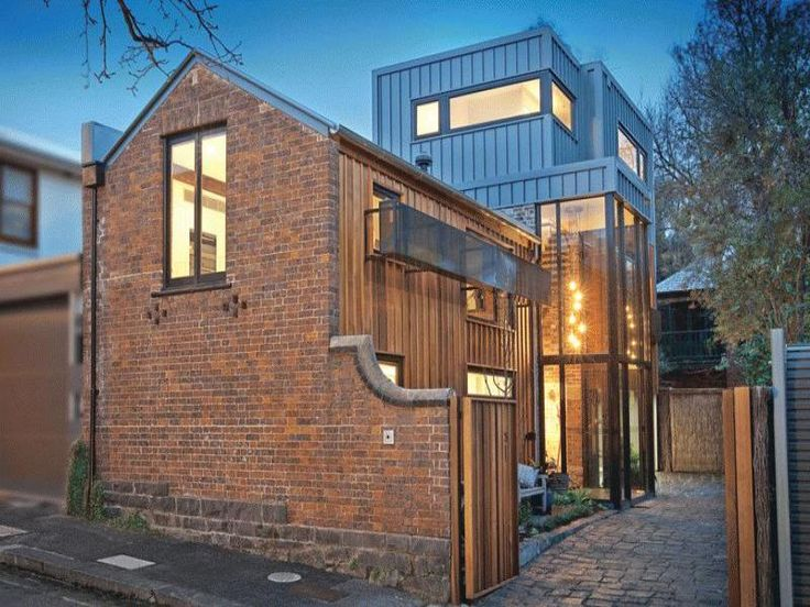 Historic stables with modern extension in East Melbourne. Just a few hundred meters and you are in the CBD of Melbourne, one of the most amazing cities in the world. Bluestone, brick, timber, steel and glass. Yum! Needs a little touch of Kim st