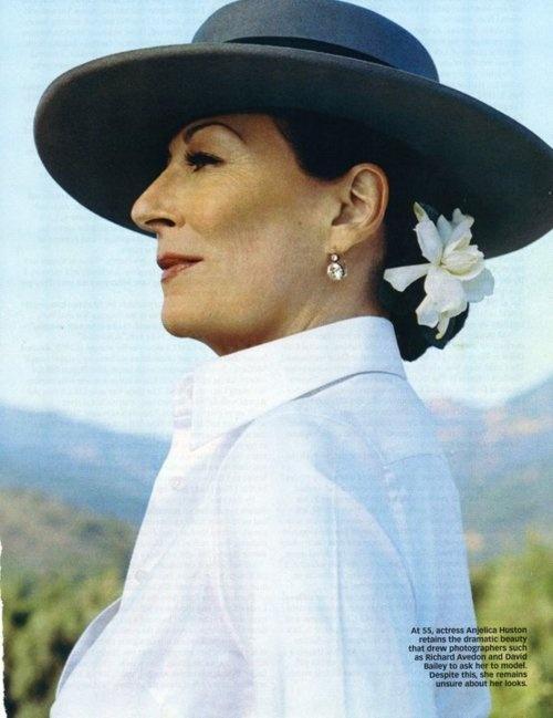 Anjelica Huston, sombrero Sevillano