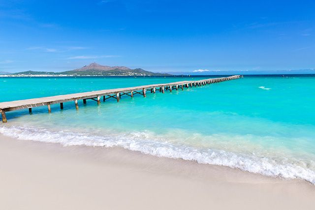 Les plus belles plages de Majorque allient criques secrètes, plages de sable fin bordées de pins et baies cachées entre les falaises. Toutes ont leur propre personnalité sur la plus grande des îles Baléares.