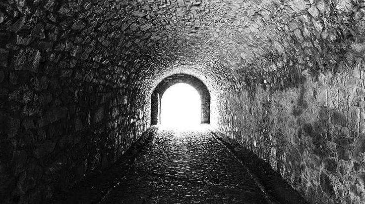 """Losgelöst vom Körper?  Losgelöst vom Körper?  """"Menschen, die im letzten Moment vor dem Tod gerettet wurden, berichten oft von einem Tunnel, von Licht und Erlösung."""" Der Mediziner Pim van Lommel untersuchte die Nahtod-Erlebnisse von 344 Herz-Patienten aus zehn verschiedenen Krankenhäusern. Seine Erkenntnis: """"Es gibt kein bewiesenes Konzept, dass Bewusstsein und Erinnern im Gehirn lokalisiert sind."""""""