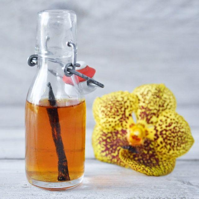 Vanille-extractRecept: vanille-extract (750 mL)  Ingrediënten:  wodka  5 vanille-stokjes. Bereiding:  Haal 50 mL wodka uit de fles. Snijdt de vanille-stokjes open en stop ze in de fles. Zet de fles gedurende 3 maanden weg op een koele, donkere plaats. Houdt de fles 1 x per week even op zijn kop en zet weer weg. Na 3 maanden is het extract klaar. Mint-extract maak je door 5 takjes munt in de wodka te stoppen; Kaneel-extract maak je door 3 kaneelstokjes in de wodka te stoppen.