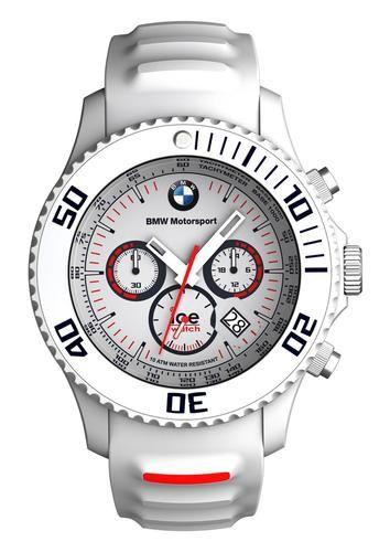 Diese schöne Herren-Armbanduhr lässt die Augen eines jeden BMW Motorsport Fans erleuchten. Quartzwerk Zifferblatt weiß 3 Zeiger, davon 2 Leuchtzeiger Drehbare Lünette 12/24-Std.-Anzeige Stoppfunktion Datum Kunststoffgehäuse weiß, Ø ca. 53 mm. Krone verschraubt Edelstahlboden verschraubt Silikonband weiß, Gesamtlänge ca. 26 cm Dornschließe Mineralglas Wasserdicht bis 10 bar Lieferungen erfolgen in einer Geschenkbox Bei Nichtgefallen beinhaltet die Rückgabe das Gesamtangebot
