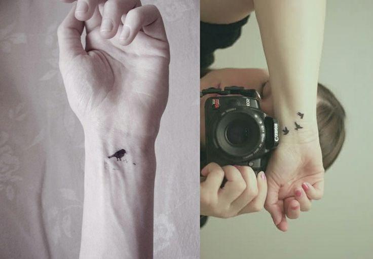petit oiseau noir en tant que tatouage discret pour femme