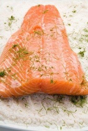 En Suecia tomamos salmón crudo, frito, ahumado, asado, al vapor.... de todas las maneras posibles. Nos gusta marinar el salmón nosotros mismos y esta es una receta muy fácil de salmón marinado que puede ser apta para celíacos si tan solo vereificáis que el azúcar sea sin gluten. Se sirve con salsa de mostaza.