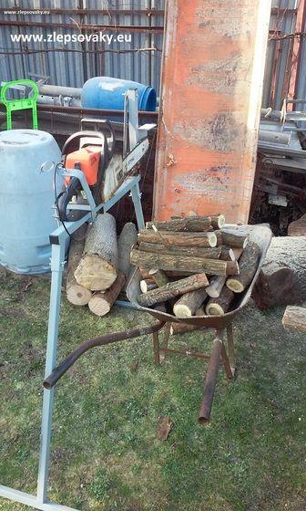 Stojan narezani dreva smotorovou pilou