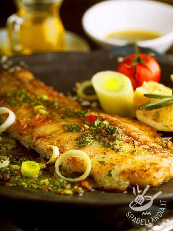 Plaice salmoriglio - La Platessa al salmoriglio è una pietanza appetitosa ma anche molto salutare perché porta in tavola tutte le proprietà di un pesce prezioso per la salute! #platessasalmoriglio
