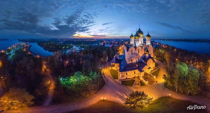 Catedrala Adormirea Maicii Domnului pe timp de noapte. Yaroslavl, Rusia. Ortodoxia