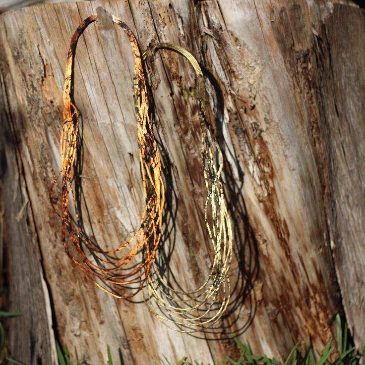 Collares de fusion hechos en Käira fundiendose con la madera.