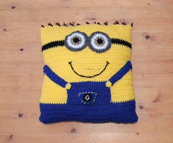 Handmade Crochet Despicable Me Minion Cushion por JoolsBusyBobbins