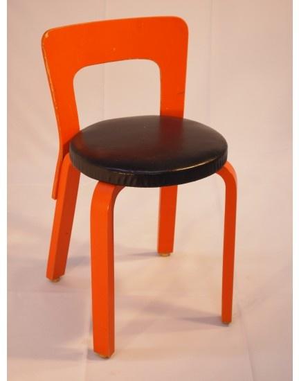 maalattu oranssi runko, musta nahka istuin