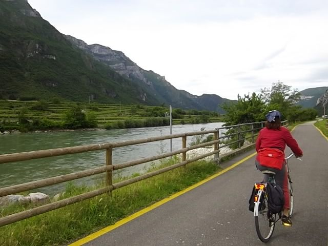 Alba sulla ciclabile #Eurovelo7  da # Trento a Borghetto. Questo tratto coincide con la Via claudia Augusta
