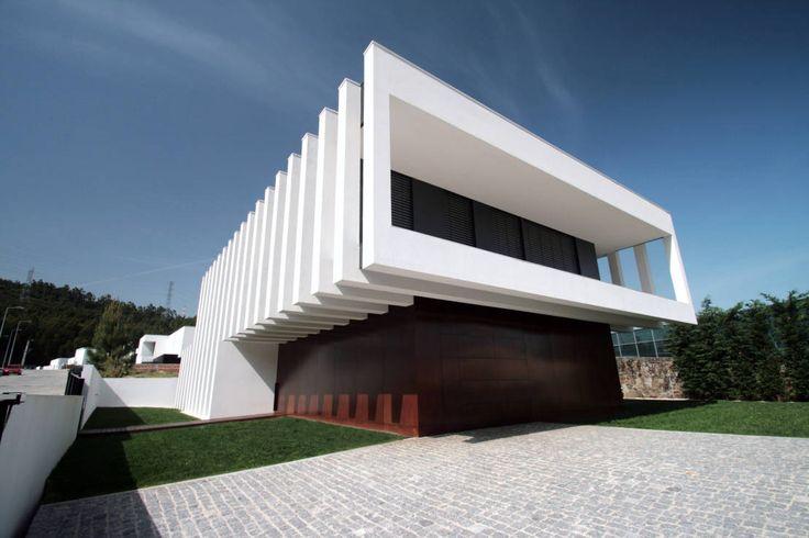 .A moradia que lhe mostramos tem uma arquitectura moderna…