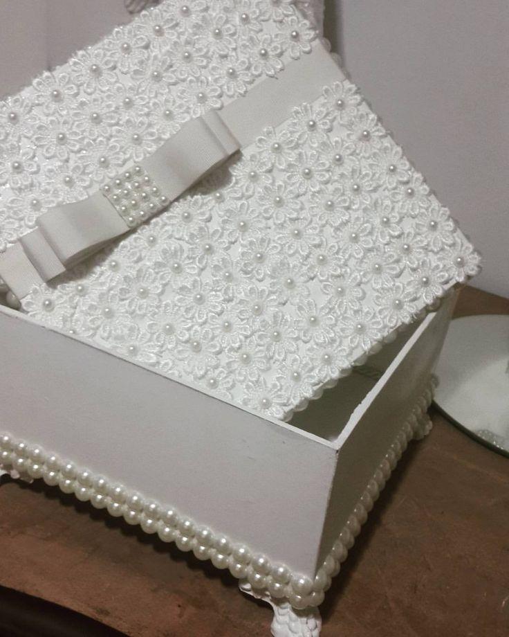 Mais uma caixa especial saindo para outra cliente .. todas com detalhes em guipir e pérolas . Encome - feita_mao