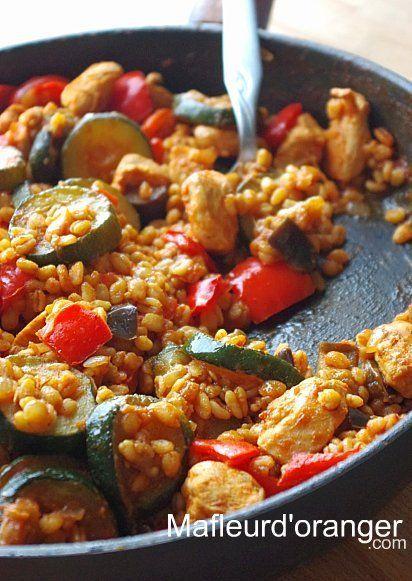 Poulet au blé et légumes      600 g de blanc de poulet     2 courgettes     2 poivrons rouges     1  aubergine     250 g de sauce tomate ou tomates concassées     150 g de blé précuit     2 oignons     2 gousses d'ail     2 brins de thym frais     1 c.à café de paprika     1/2 c. à café poivre     sel     4 c.à soupe d'huile d'olive
