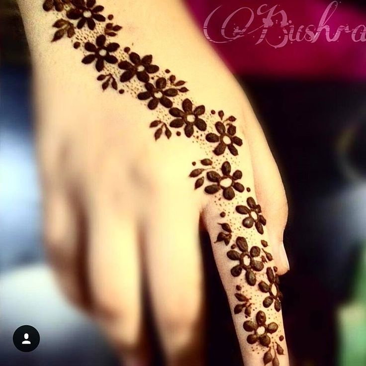"""Henna inspiration of the night is from @bushra_asg in love with this simple piece!!  #autumn #drawing #henna #mehndi #mehndiart #designs #love…"""