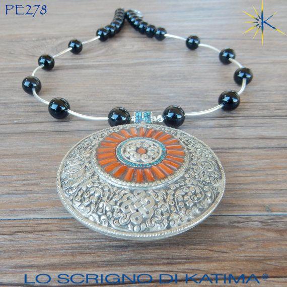 Collana etnica con pendente tibetano in argento, corallo e turchese. Filo di agata nera e argento (ref. PE278)
