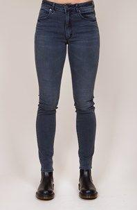 Vintage Skinny från svenska Neuw är ett par normalhöga, smala jeans med skön stretch. Den kurvade linningen ger en extra fin passform. Här i en fin, urtvättad grå tvätt!