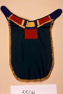 Barmkläde, sliehppá, för man från Sörkaitum, Gällivare. Inköpt av Otto Lindgren som var kyrkoherde från 1930- i Jokkmokk.