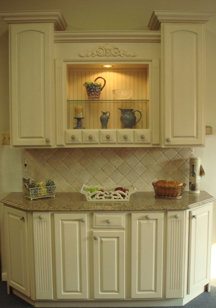 Yorktowne Antique White Cabinets With Sienna Ridge Silestone Countertop And Tumble Stone