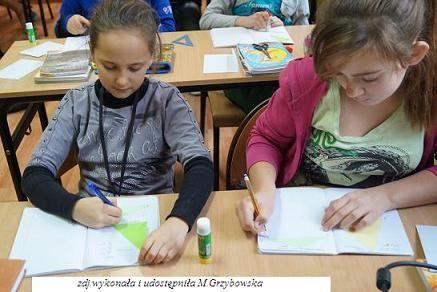 15 stycznia przeprowadziłam lekcję otwartą z matematyki w klasie Vf. Temat zajęć brzmiał: Różne rodzaje trójkątów. Przygotowałam do tej lekcji prezentację multimedialną, a dla uczniów trójkąty do wklejania, aby szybciej sporządzali notatkę. Wiem od Nich, że zajęcia im się podobały. Dla niektórych zaskoczeniem wydała się praca domowa, związana z tematem, którą uczniowie przesyłają do mnie drogą mailową. Na razie wstawiam same szóstki i piątki.