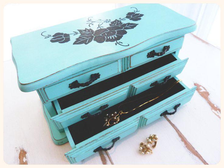 Boîte à bijoux vintage revampée, bois peint à la main, turquoise, shabby chic de la boutique BoutiqueLaFouineuse sur Etsy
