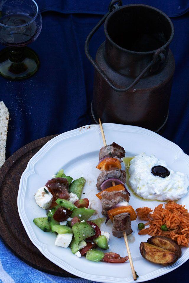 52 Plates of Delight: Griechisch für Anfänger ODER wo die Liebe hinfällt (Suflaki mit Tzatziki, griechischem Bauernsalat und Tomatenreis)