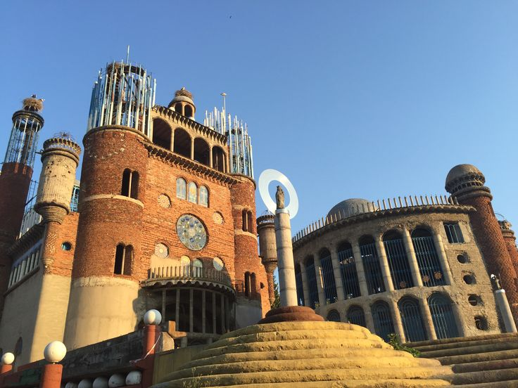 Het exterieur van de kathedraal van Don Justo in Mejorada del Campo (Madrid). Ontwerper en bouwer Don Justo is bijna 90 jaar. Bizar en indrukwekkend om te zien: aanrader!