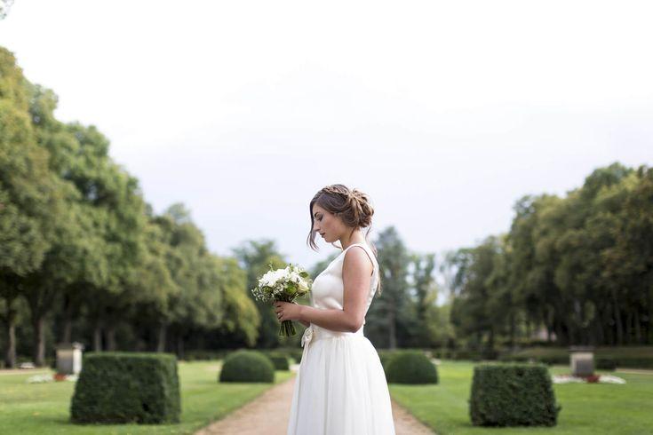 Essayez la robe de mariée transformable dans la collection de robes de mariée sur mesure dans la boutique lyonnaise. Adaptez le croquis à vos envies. Robe courte satinée et jupon amovible en tulle
