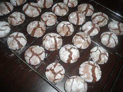 Popękane czekoladowe ciasteczka