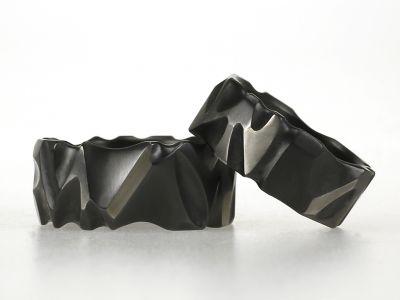 Geweldige stoere zwarte ringen, handgemaakt, elke ring is anders. Helemaal zwart of helemaal grijs of juist zwart met enkele grijze vlakken. Maximaal 10 mm breed, maar smaller kan natuurlijk ook. Op de foto is de ene ring 8 mm en de andere ring is 10 mm.