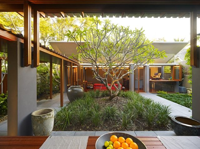 House wraps around the garden, all spaces in the house turn towards the central courtyard