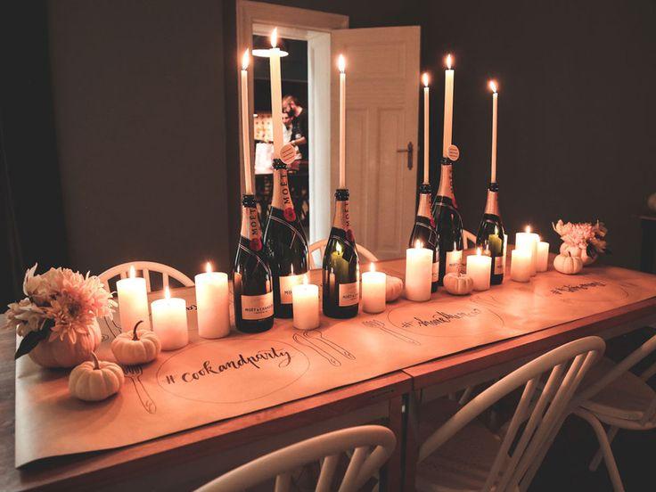 Easypeasy Tischdekoration aus Packpapier, lackierten Zierkürbissen und leeren Champagnerflaschen