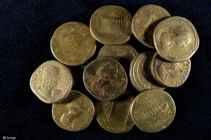 Sesterces en bronze du dépôt monétaire des Mesneux (Marne), 2010.Enterré au IIIe s. de notre ère, le dépôt est constitué de 336 sesterces  et de 6 dupondii, pour un poids total de 8 kg. Les pièces ont toutes été frappées au II°s à partir du règne d'Hadrien jusqu'au début de celui de Septime Sévère. Au centre de la photo on peut reconnaître à sa légende.une pièce frappée sous Commode...